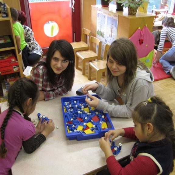 Spiel mit den Romakindern in der Projektwoche, 2011, Foto J. P.